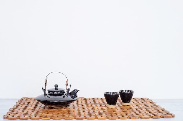 Close up do jogo de chá no fundo branco