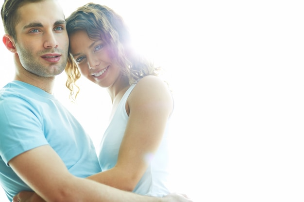 Close-up do jovem casal se abraçando