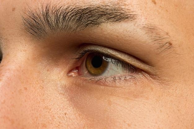 Close-up do jovem caucasiano tiro. linda modelo com pele bem cuidada