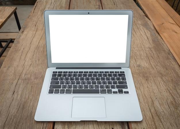 Close-up do laptop na mesa de madeira