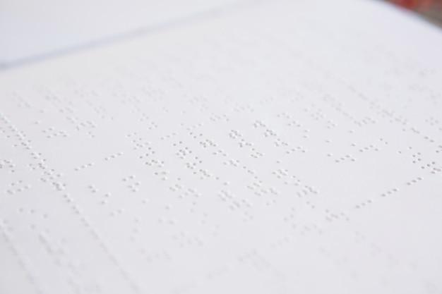 Close-up do livro em braille
