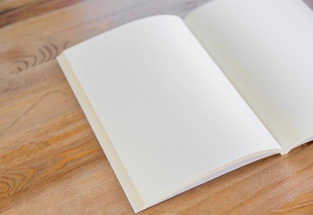 Close-up do livro em branco aberto
