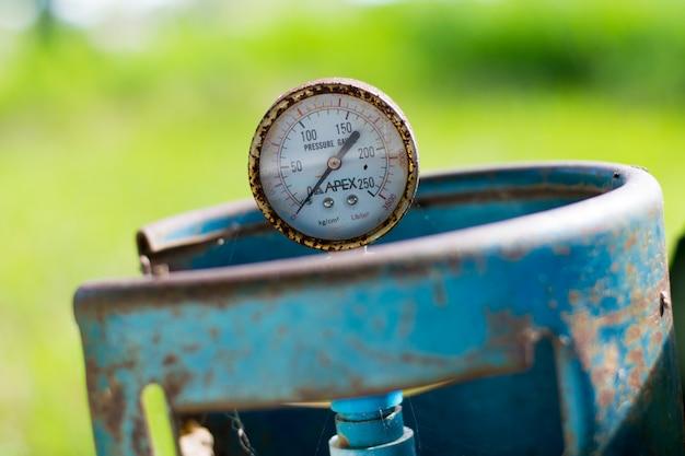 Close up do manômetro, medindo a pressão do gás.