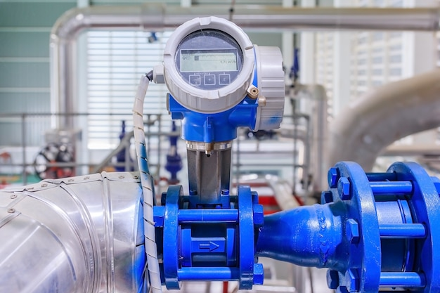 Close up do manômetro, tubos e válvulas de torneira do sistema de aquecimento a gás em uma sala de caldeiras