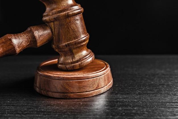 Close-up do martelo do juiz
