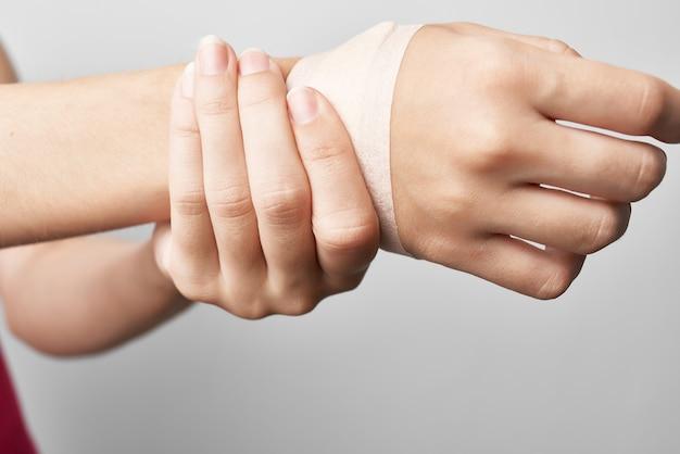 Close-up do medicamento para o tratamento da dor nas articulações do braço enfaixado