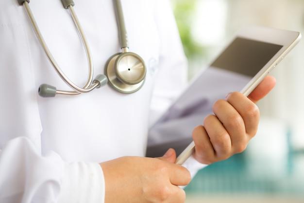 Close-up do médico que prende uma tabuleta