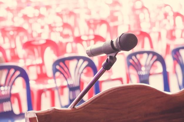 Close-up do microfone antigo vintage na sala de conferências