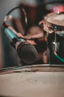 Close up do microfone colocado perto da bateria