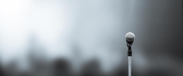 Close-up do microfone no suporte com desfoque de fundo.