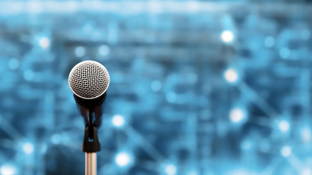 Close-up do microfone no suporte para a fala do orador.