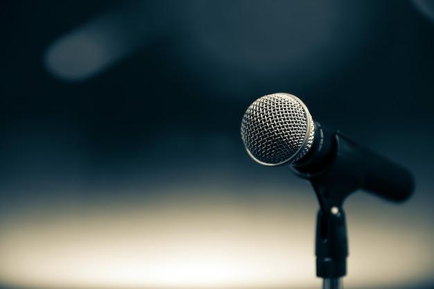 Close-up do microfone no suporte.