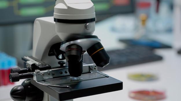 Close-up do microscópio de lente de vidro na mesa do laboratório