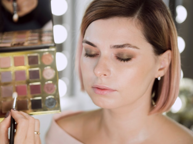 Close-up do modelo de maquiagem