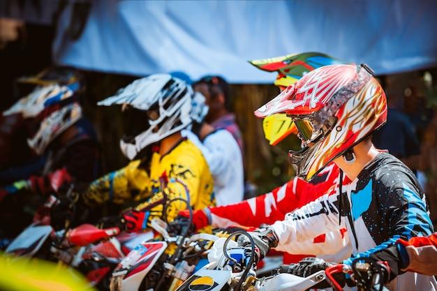 Close-up do motociclista sentado na motocicleta no ponto de partida antes do início da corrida