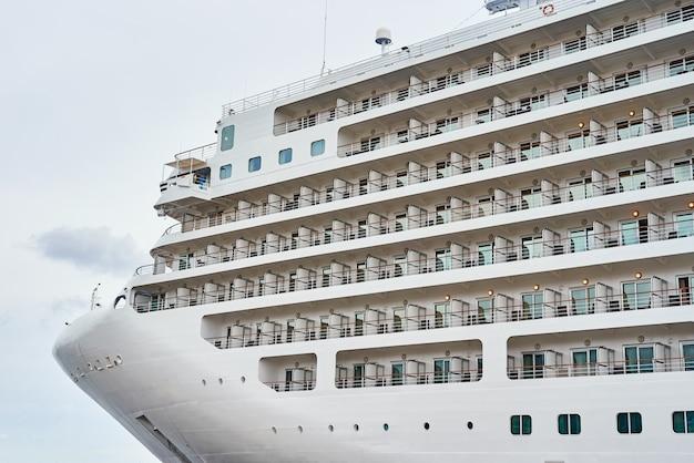 Close-up do navio de cruzeiro ancorado no porto