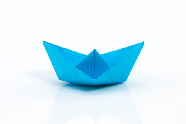 Close-up do navio de origami vermelho