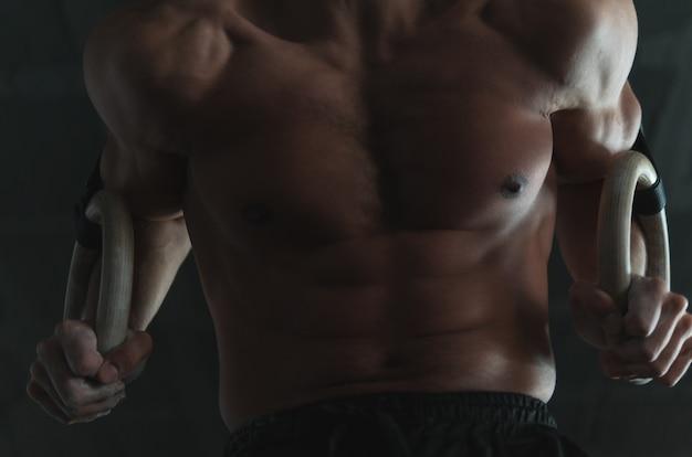 Close-up do núcleo de um jovem atleta musculoso