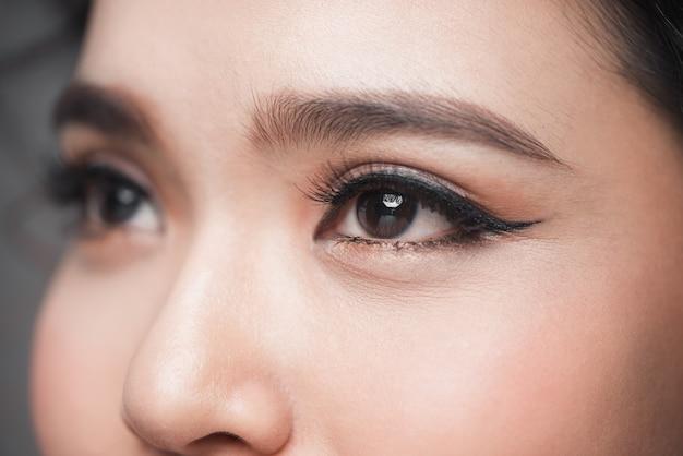 Close-up do olho do modelo asiático com cílios longos. foco seletivo