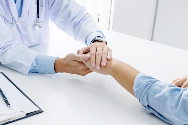 Close up do paciente e consultor médico dar um conselho em um hospital ou clínica