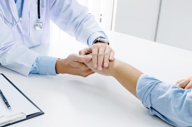 Close up do paciente e consultor médico dar um conselho em um hospital