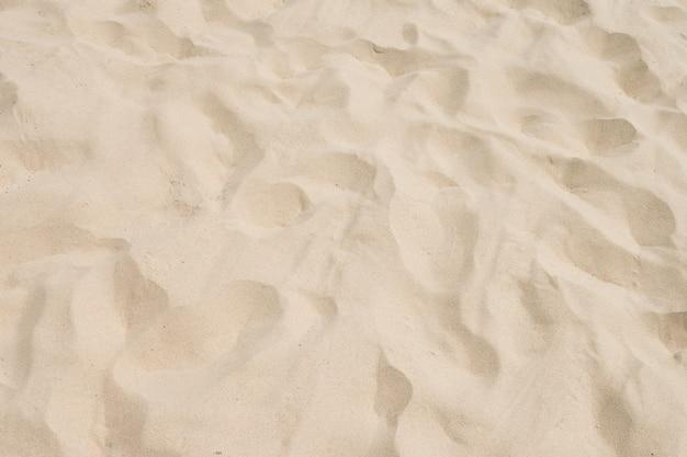 Close up do padrão de areia de uma praia no verão