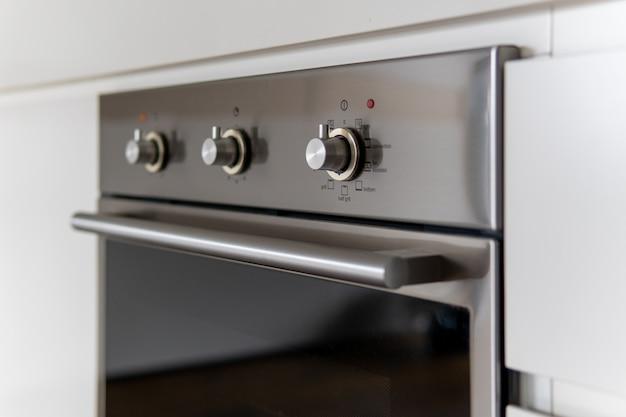 Close up do painel de configurações do forno