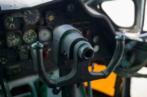Close-up do painel de controle da cabine de vôo de um avião vintage