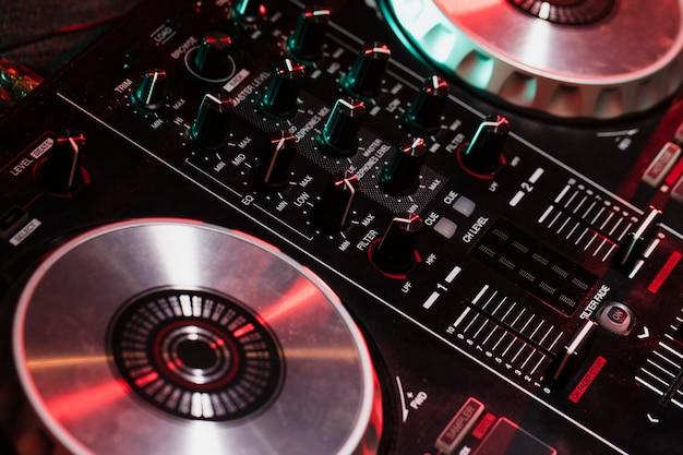 Close-up do painel de controle dj de alto ângulo