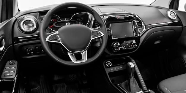Close-up do painel, jogador, volante, alavanca do acelerador, botões, bancos.
