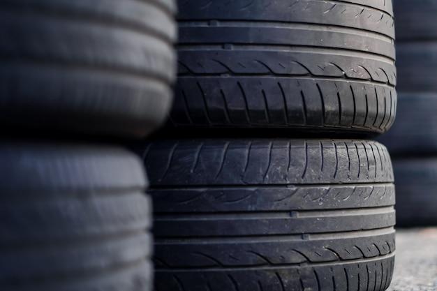 Close up do pneu velho na garagem. foco seletivo