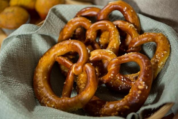 Close-up do pretzel na cesta