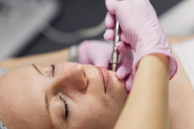 Close-up do procedimento do cosmetologista de mãos