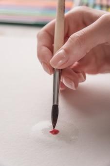 Close-up do processo de desenho com pincel em papel branco