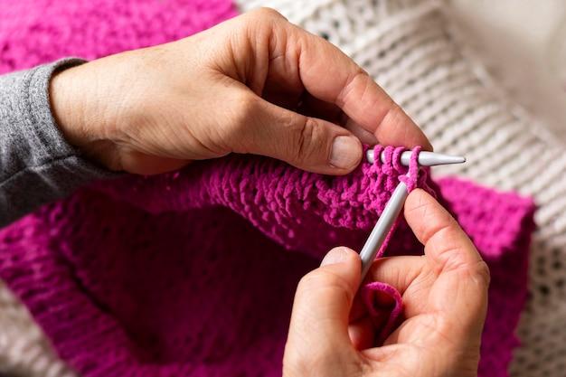 Close-up do processo de tricô