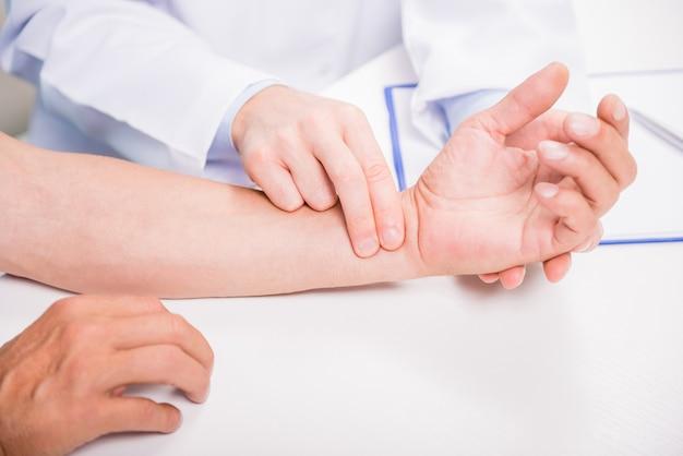 Close-up do pulso de medição do médico de seu paciente.