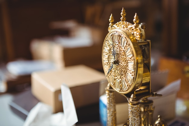 Close-up do relógio de ouro na mesa