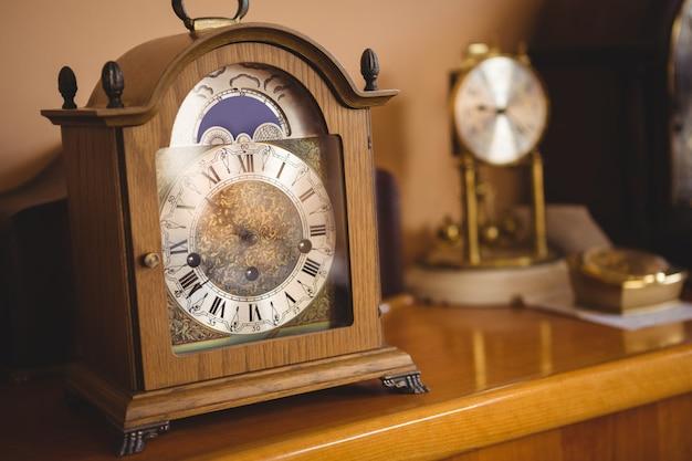 Close-up do relógio na mesa