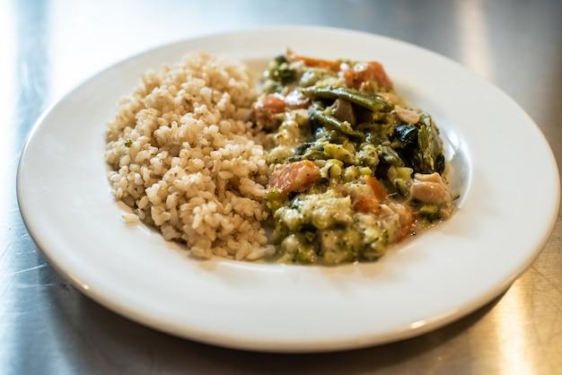 Close-up do risoto cremoso com vegetais, prato italiano do arroz.