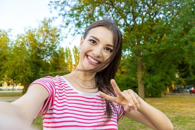 Close-up do rosto da menina na moda está fazendo foto de selfie