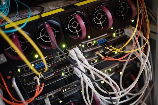 Close-up do servidor montado em rack