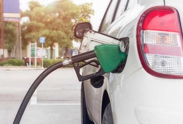 Close-up do sistema de monitoramento de combustível que reabastece um petróleo para o veículo no posto de gasolina