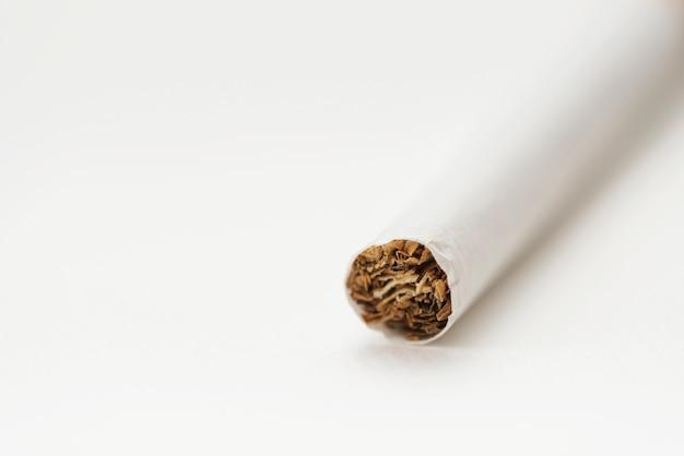 Close-up do tabaco dentro de um cigarro