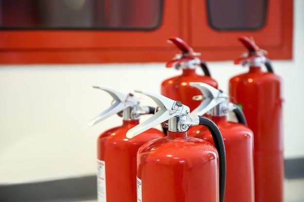 Close-up do tanque de extintores de incêndio vermelho.