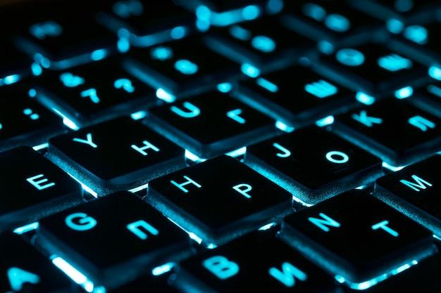 Close-up do teclado com luzes de néon