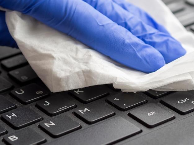 Close-up do teclado sendo desinfetado