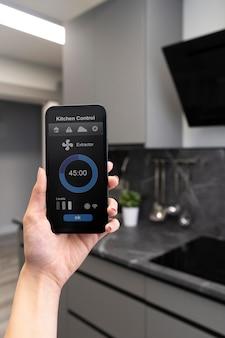 Close-up do telefone com controle da cozinha
