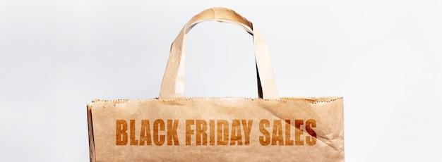 Close-up do texto de vendas de sexta-feira negra, no saco de papel eco.