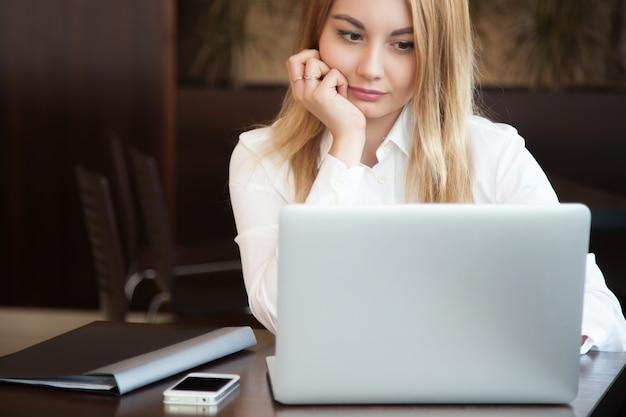 Close-up do trabalhador concentrado com laptop