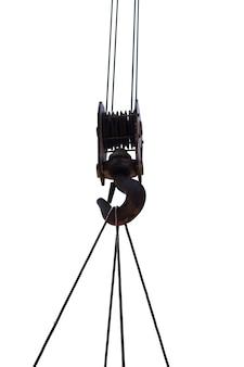 Close-up do velho gancho de guindaste com corda de fio isolar em branco